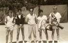 Jean-Pierre Bouchel,professeur d'Allemand et responsable du tennis interclasses,entouré par les participants à un tournoi.