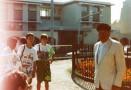 En juin 1987,sous la conduite de Véronique Guibert de la Vaissière,un groupe de secondes se déplace à Agde pour y visiter le musée de l'Ephèbe. L'intérêt de la visite est d'autant plus grand que celle-ci se déroule en compagnie de Denis Fonquerle,le découvreur de la fameuse statue. Son récit palpitant et détaillé - à l'image d'un roman d'aventures -  enthousiasmera les élèves et leurs accompagnateurs. Sur cette photo,on aperçoit le célèbre archéologue accueillant le petit groupe de Pierre Rouge.