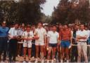 Finale du Tournoi de Doubles. La photo fut prise au Club de Tennis de Pierre Rouge. Jean-Pierre Bouchel et Christian Baqué entourent les vainqueurs et les finalistes. Au milieu,en tenue blanche,Benoit Héran,professeur de sciences économiques,tient fièrement sa coupe.