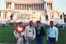 """Devant le monument à Victor-Emmanuel,plus connu comme """" la machine à écrire """". De gauche à droite,Vincent Michel,Christian Baqué,Guilhem Gal et Jean-Michel Didelot."""