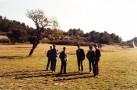 """Un groupe d'élèves au pied de la """" Montagnette """"."""