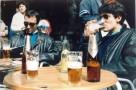 """Non loin de la Puerta del Sol,sur la terrasse de la """" Cafeteria Nebraska """",pause rafraichissement pour deux membres du groupe idéalement dissimulés derrière leurs lunettes noires. Nous ne dévoilerons pas l'identité de ces personnages mystérieux..."""