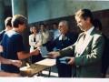 Après le match de volley, remise des médailles par Monseigneur Louis Boffet et monsieur Jean-Pierre Grand, député-maire de Castelnau-le-Lez. A gauche, de dos : Pascal Trébuchon, élève de Première S1, recevant sa récompense.